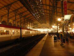 パリ北駅到着後、地下鉄でホテルまで向かう予定が、すでに終電がないようなことを駅員に言われた為、バスでホテルまで行くことにしました。 もうすでに23時を過ぎていました。