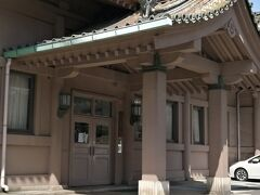 JR御茶ノ水駅から聖橋を渡ると右に湯島聖堂。これは斯文会館で、講堂、教室、事務室があり、中国古典の講座を開設している。