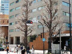 右がJR御茶ノ水駅で、駅から湯島聖堂まで、徒歩数分です。なお、「近代教育発祥の地(昌平坂学問所跡)」の説明版は、構内ではなく、駅から道路の左手を北に行き、東京医科歯科大学敷地に面する歩道上にあります。