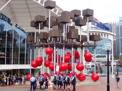 オーストラリア海事博物館の外では、何やら若者の集団と警官の集団がにらみ合っておりました。
