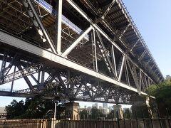 シドニー・ハーバーブリッジを見上げるところにやって来ました。