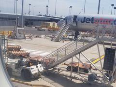 メルボルン国際空港に到着しました。 LCCなので当然タラップでの降機でした。