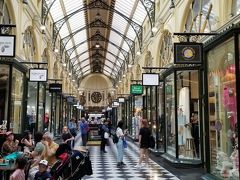 高級ブティックが並ぶコリンズストリートの中にあるブロックアーケードを覗いてみました。古きヨーロッパの雰囲気が感じられ、アーケードの中には宝石店、英国調ティールーム、チョコレート店、化粧品店など高級志向の一流店が集まっています。
