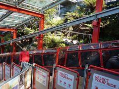 最初にシーニックレールウェイに並んで乗ります。 世界一急なトロッコ列車 炭鉱として栄えてた時代のレールを観光用として利用しているとか。 人気のアトラクションです。