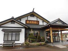加茂水族館を楽しんだ後はランチタイム♪日本海に面した庄内地方なので、お魚が美味しいかも!ということでランチはお寿司に決定。でも、お寿司屋さんでゆっくり食べる時間はないので地元の回転寿司へ行ってみることにしました。伺ったのは金太郎寿し。鶴岡市に2店舗ある回転寿司のお店です。