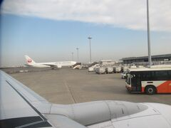 羽田ではバスに乗って沖止めされた飛行機に乗りました。