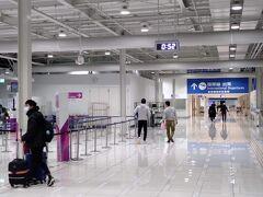 MM021でまずは台北桃園へ ど深夜便なので関空もわりかしガランとしてます。。