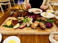 夕食はHOUSE WITHOUT A  KEYで。 BBQプレートはボリューム満点! 米粉チキン美味しかった! サラダとプレートで腹パンでしたが沖縄そばも食べました。