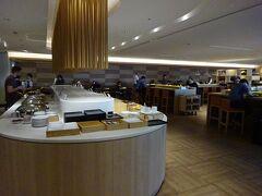 羽田空港10:05発のJAL29で香港に向かいます。 出国審査が済んだら、まずはJALサクララウンジで朝食をいただきます。