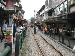 列車が来ない間は、線路を横断、線路内で記念撮影。