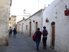 広場から北に歩き、サン・ラサロ地区に来ました。 かわいらしい白いお家が並んでいます。
