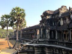 アンコールワットとは。 「アンコール・ワットは、カンボジア北西部に 位置するユネスコの世界遺産(文化遺産)である アンコール遺跡の一つであり、 その遺跡群を代表する寺院。 ヒンドゥー教寺院として作られたが、 16世紀後半に仏教寺院に改修され、 現在も上座部仏教寺院となっている。  クメール語でアンコールは王都、 ワットは寺院を意味するため、 アンコール・ワットは「国都寺院」という意味。 大伽藍と美しい彫刻を特徴とし クメール建築の傑作とされ、 カンボジア国旗の中央にも同国の 象徴として描かれている。」