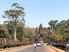 次の目的地であるアンコールトムの バイヨン寺院に入る南大門です。 ここは4辺が堀に囲まれているので 必ず門を通らなければいけないのですが 人気なのがこの南大門です。
