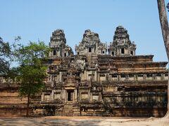 次の寺院はタ・ケウ寺院です  Wikipediaより タ・ケウ(Ta Keo)はアンコール遺跡の1つ。 「クリスタルの古老」の意味を持つ。 10世紀末にジャヤヴァルマン5世により 建設が開始されたが、王の死去により 未完成のまま放置されたピラミッド型の ヒンドゥー寺院。   正面から見ただけで中には入りませんでした。 何しろ暑くて暑くて…   アンコール遺跡巡りの前半は ここまで。 ご覧頂きありがとうございました、 まだまだ続きますのでお付き合い して頂けると嬉しいです!