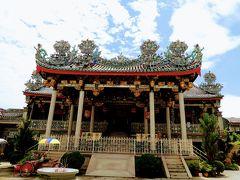 クー コンシー (邸公司)は、邱(クー)一族の先祖を祀る廟ですが ペナンで一番美しい寺院と言われています。  ちなみにここにもトライショーいるんですけど、声かけられなかったわ。 以前、ペナン島に来た時はここからトライショーに乗ったんだった。 ランチがあるから今回は乗れないけど。  屋根の飾りはこれも茶碗を割ったのかしらね? もう、マレーシアの寺院を見ると屋根ばっかり気になって、飾りが茶碗に見えてくる。 ブルーマンションの力はすごいです。