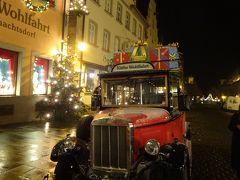 ゲーテ・ウォルファルトの前のクリスマスプレゼントを積んだ赤い車。うっすら雪が・・・。