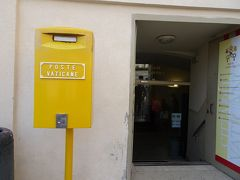 ここでバチカンの切手を買いました。 黄色いポストも一緒にあります。