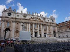 さて、入ってきた方とは反対側からサンピエトロ広場とサンピエトロ大聖堂を眺めます。 正面ファサードはベルニーニではなく、マデルノの設計。 13体の像が並んでいます。
