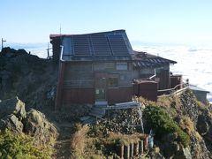 「赤岳頂上小屋」 赤岳北峰山頂に位置する山小屋です。  ※2020-04-20 [2020年度] の情報。 赤岳頂上山荘はコロナ緊急事態宣言を受け、2020年度全期閉館だそうです。 →http://www.yatsu-honzawaonsen.com/akadake.html