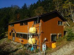8:34 「キレット小屋」 赤岳と権現岳の中間、キレットの最低鞍部付近.標高2450mに建つ山小屋です。  ※2020-04-20 [2020年度] の情報。 キレット小屋はコロナ緊急事態宣言を受け、2020年全期閉館だそうです。 →http://www.yatsu-honzawaonsen.com/kiretto.html