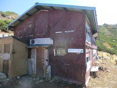 10:34 「権現小屋」です。 権現岳の西方約50mの地点に建つ山小屋です。