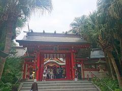青島神社。南国っぽい雰囲気の木々に赤い山門。この普段見ている神社とは違った雰囲気が好きな神社です。