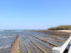 鬼の洗濯板の岩面には、六角形が連続した形の岩の模様が刻まれている。  自然界では六角形が安定な形。 ウユニ塩湖やデス・バレーの塩の結晶、柱状節理など自然界でよく見られる亀甲模様が青島にもあった。  (写真:干潮時の青島)