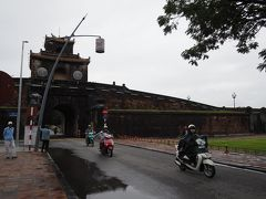 まずやってきたのはグエン朝王宮です。 フエはベトナム最後の王朝であるグエン朝(漢字だと阮朝)。1802年から1945年にかけてここフエを都としていました。結構最近のことなんですね、ってあれ? 太平洋戦争時にそんな王朝出てきたっけ……と思ったら、フランスとの戦争に負けてしまい、1887年以降は仏領インドシナの一部として実質的に植民地となっていたのでした。 このフエには、フォーン川のほとりに王宮や寺院、帝廟などの歴史的建造物が点在し、1993年にベトナム初の世界遺産に登録されています。