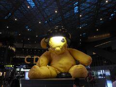 到着。ラウンジ利用のためターミナル移動。シンボルのクマにもご挨拶。人はまばら。朝の4時過ぎ。