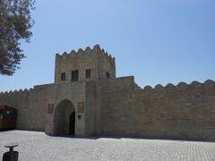 アゼルバイジャンは火の国という別名を持っています。ここも正式にはアテシュギャーフ拝火教寺院。炎の家という意味だそうです。 城砦のような壁に囲まれています。