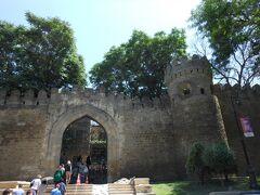 城壁に囲まれた旧市街へ入っていきます