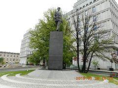 シャルルドゴール像