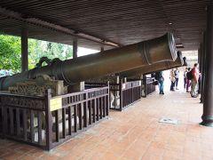 まず近くにあるのが大砲。フラッグタワーや王宮門の左右にわかれて置かれており、私が見たのは東側の方(4traのスポットで登録されているのは西側のもののようですが)。