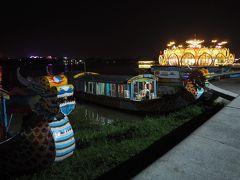 観光客向けなんでしょうか、川岸には船がいっぱい。