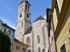 ココを通り抜けると高い建物が。 コチラは聖ヤコブ教会。  細い路地にあるので全体が撮りづらい…。