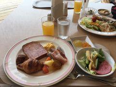 起床後、ホテルにて朝食。 朝食はバイキング形式で、パンやスクランブルエッグなどの定番料理はもちろん、ゴーヤを使った料理など沖縄料理もたくさん揃っていました。  昨晩ゴーヤチャンプル―などは食したので、朝は紅芋パンやパイナップルジャムなどを堪能。 朝ご飯をしっかり食べて出かけました!