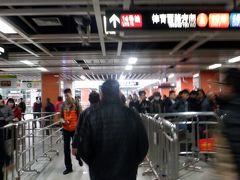 嘉禾望崗駅は広州中心を走る地下鉄2号線と3号線の接続駅で乗り換えの乗客が多いです。