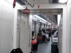 日曜の朝で停車駅も少ないので、列車の乗客は少な目です。