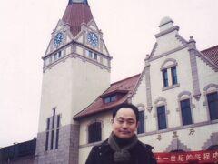 ◆まるでドイツだ!大雪の青島! 2000/01/11 - 2000/01/13 https://4travel.jp/travelogue/10009838  Stay Home!これまでの旅を振り返ります②のスタートは中国・青島。  友人の編集者ハットさんとの旅です。 JALのホテル付激安ツアーでしたが参加者はボクたちだけ。 空港送迎もあってプライべートツアー状態です。  ドイツの街並みが残る青島。 雪まで降ってきて本当にドイツにいるようでした。 中国語堪能なハットさんに頼りっきりでした(^^)/