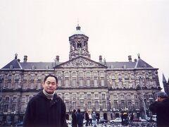 ◆12年ぶり!アムステルダム! 2000/01/31 - 2000/02/03  https://4travel.jp/travelogue/10010624  スペインからの帰国前にアムスに寄り道。 12年ぶりとは・・・ダム広場で記念撮影! 前回は、ホテルも観光もKLM持ちでしたが 今回はすべて自分持ち。当たり前ですが・・・(^^♪