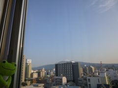 部屋ビュー(ホテル)  向こうに建つホテルが、ど真ん中で富士山ビューをブロック でもギリ天辺の白いところが見える
