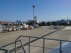 飛行機からは沖止めなので直接、駐機場に降りてそこから歩いてターミナルへ。