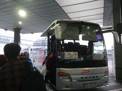 オシフィエンチム(アウシュヴィッツ博物館)行きのライコニック社(Lajkonik)のバスは、出発時間の少し前にターミナル2階の発着場に到着。  早速乗り込み、バスは時刻表どおり、6時20分に出発。