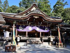 ●大神神社  そして石段を上がっていくと、その正面に堂々たる造りの拝殿が。 江戸幕府4代将軍の徳川家綱により再建されたもので、普通、拝殿の奥に本殿がありますが、ここ「大神神社」は三輪山をご神体とするため本殿を持たず、古い神道の形を今に残しています。