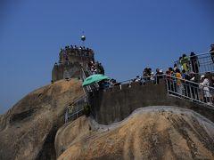 頂上が見えてきました。 登り始めは少なかった観光客も、頂上に近づくにつれて増えていき、 頂上手前はすごい行列です。先が思いやられます。