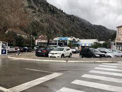 ここはコトルのバスターミナルです。モンテネグロの各都市や周辺各国へのバスが発着してます。南門から歩いて5分ほどで着きます。