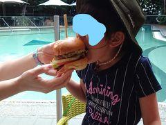 昼食はキャノビーグリルで買った大きなハンバーガー