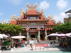 次は、龍虎塔の向かいにある、道教寺院(慈済宮)へと行きました。