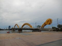 がっかりだったロン橋。黄金色のは竜の頭ではなく尻尾。