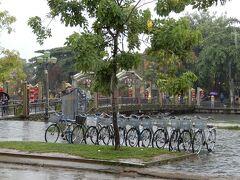 観光客や地元民の移動で賑わうアンホイ橋もがらんとしています。